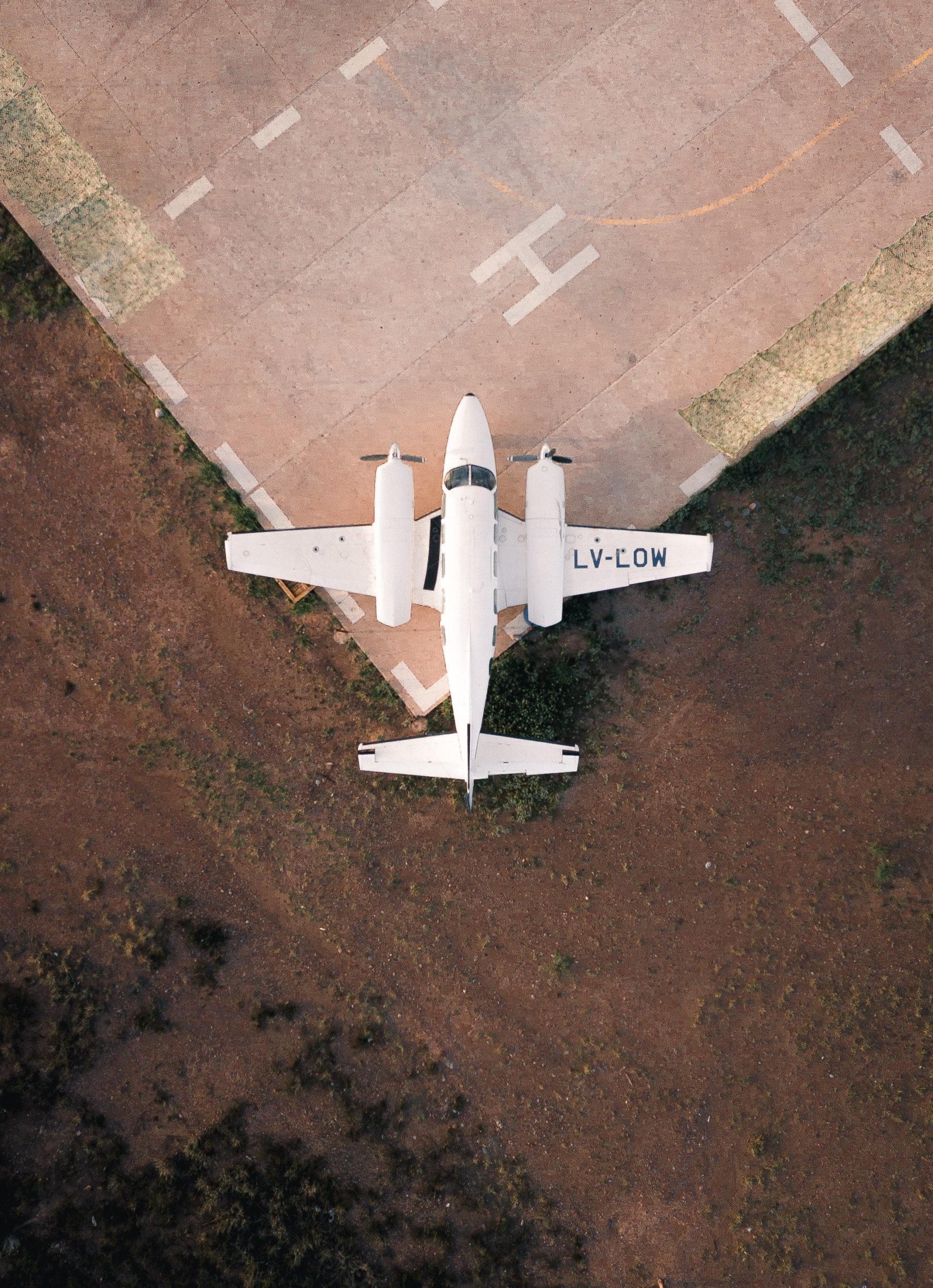 Vue du ciel d'un avion bimoteur