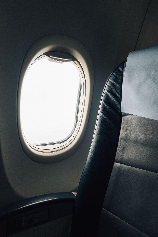 Vue du ciel depuis le hublot d'un jet privé