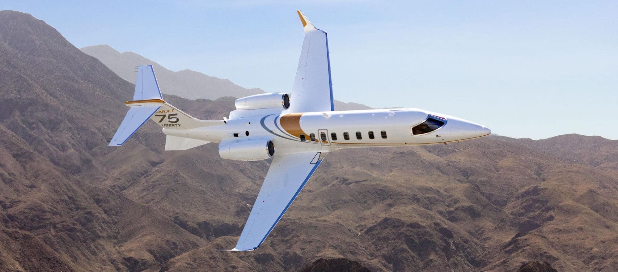Le Bombardier Learjet 75 Liberty en vol au dessus du désert