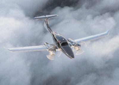 Le Diamond DA62 en vol au-dessus des nuages